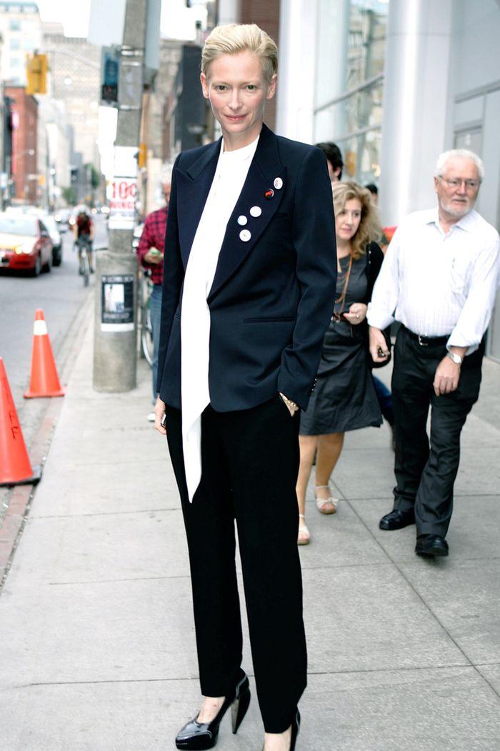 Образы Тильды Суинтон в классических костюмах