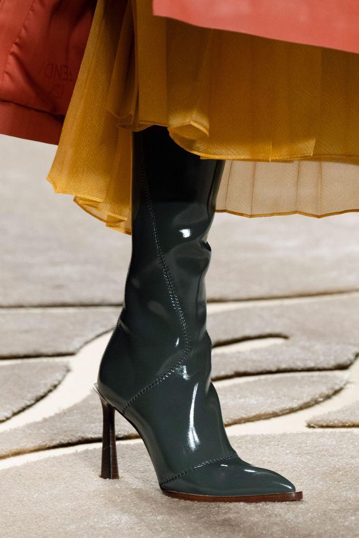Модные сапоги из лаковой кожи осень-зима из коллекции Fendi