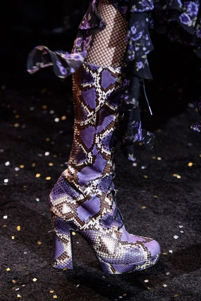 Модные сапоги из кожи питона осень-зима из коллекции Michael Kors Collection
