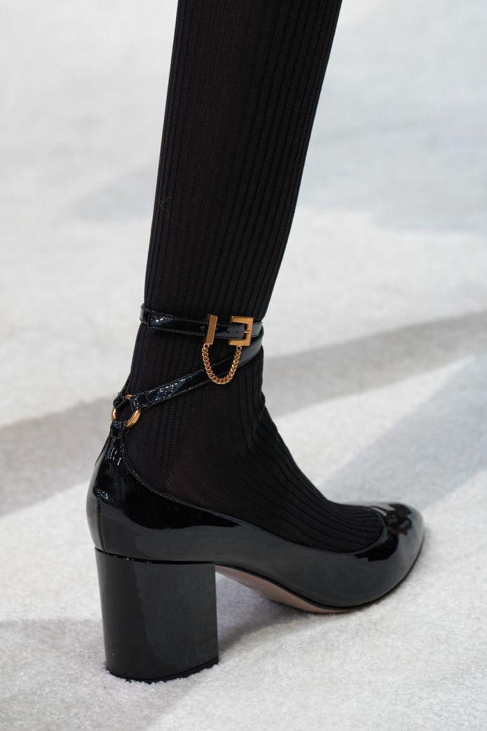 Модные туфли на осень из лаковой кожи. Коллекция Valentino