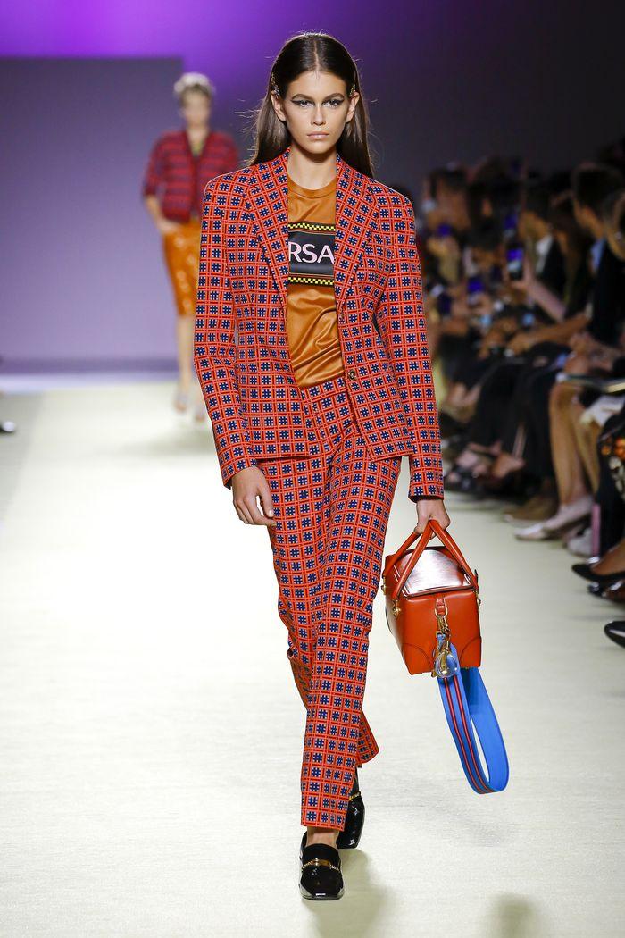 С чем носить красные брюки в клетку. Коллекция Versace