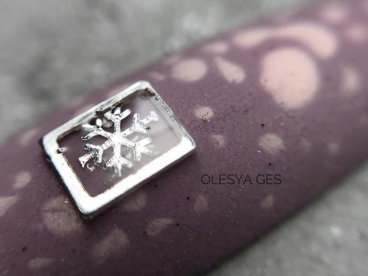 Дизайн ногтей с металлическим декором