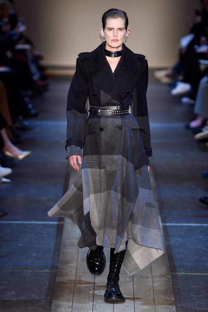 С чем носить женские ботинки челси. Образ из новой коллекции Alexander McQueen
