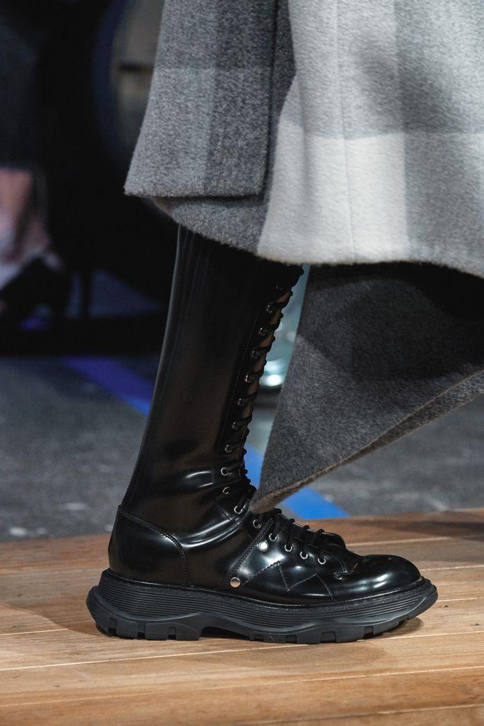 С чем носить женские высокие ботинки. Образ из новой коллекции Alexander McQueen