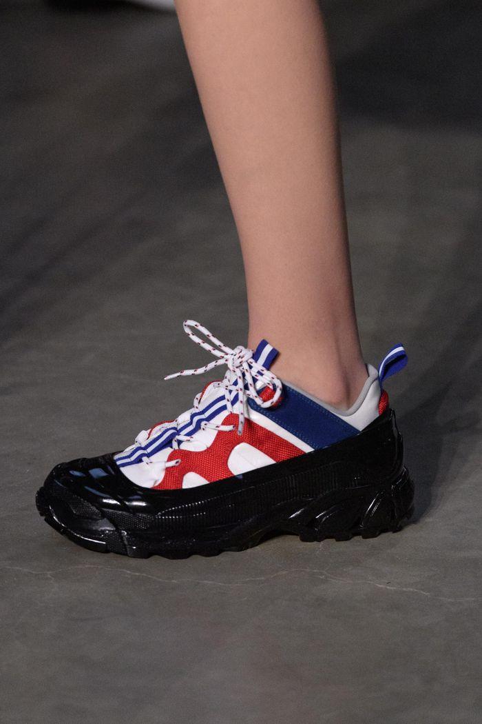 С чем носить женские спортивные ботинки. Образ из новой коллекции Burberry