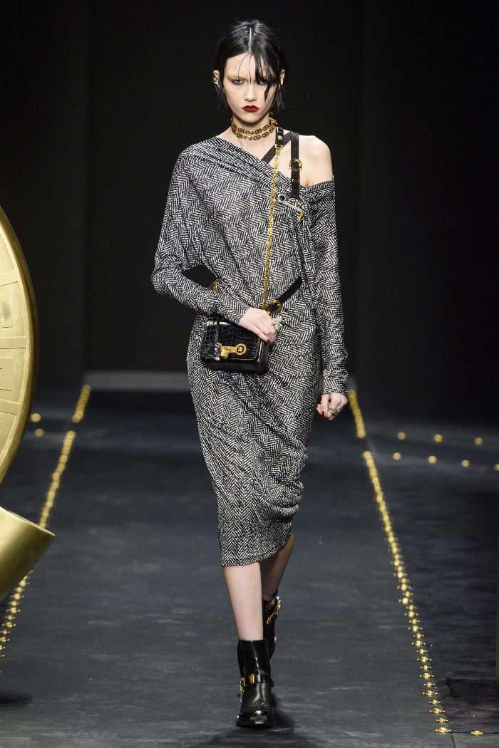 С чем носить женские ботинки казаки. Образ из новой коллекции Versace