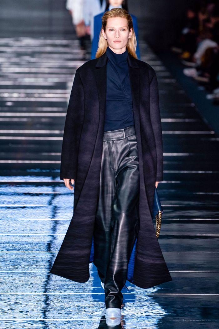 С чем носить синие кожаные брюки. образ из коллекции Hugo Boss
