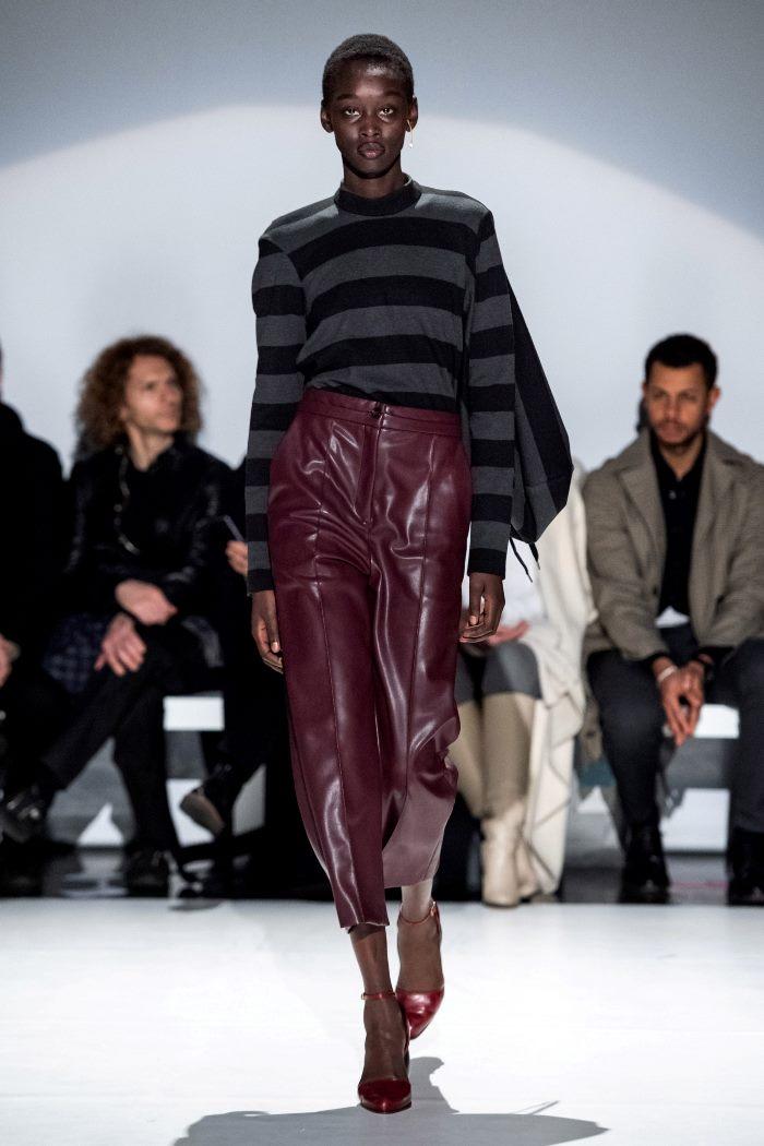 С чем носить кожаные брюки с завышенной талией. Образ из коллекции Chalayan