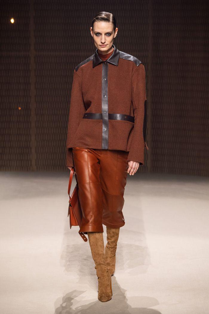 С чем носить укороченные кожаные брюки. Образ из коллекции Hermès