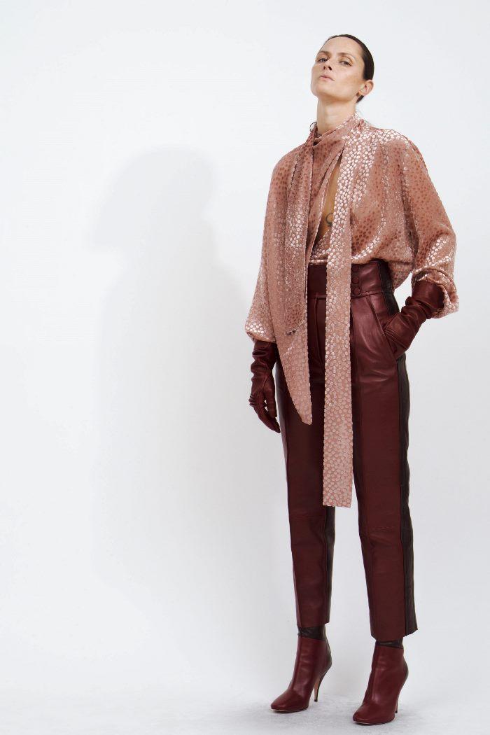 С чем носить бордовые кожаные брюки. Образ из коллекции Petar Petrov