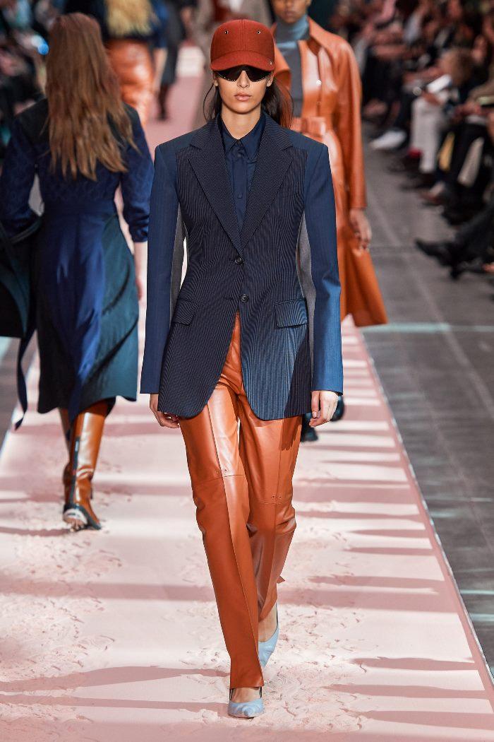 С чем носить коричневые кожаные брюки. Образ из коллекции Sportmax