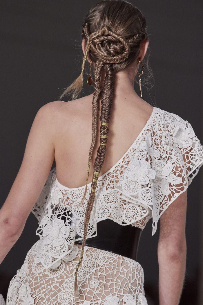 Модные прически моделей на показе Alexander McQueen 2020