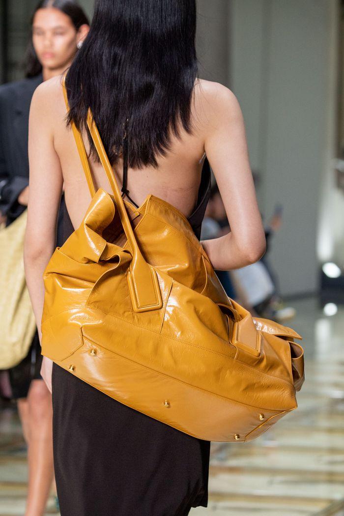 Модная желтая сумка 2020 из коллекции Bottega Veneta
