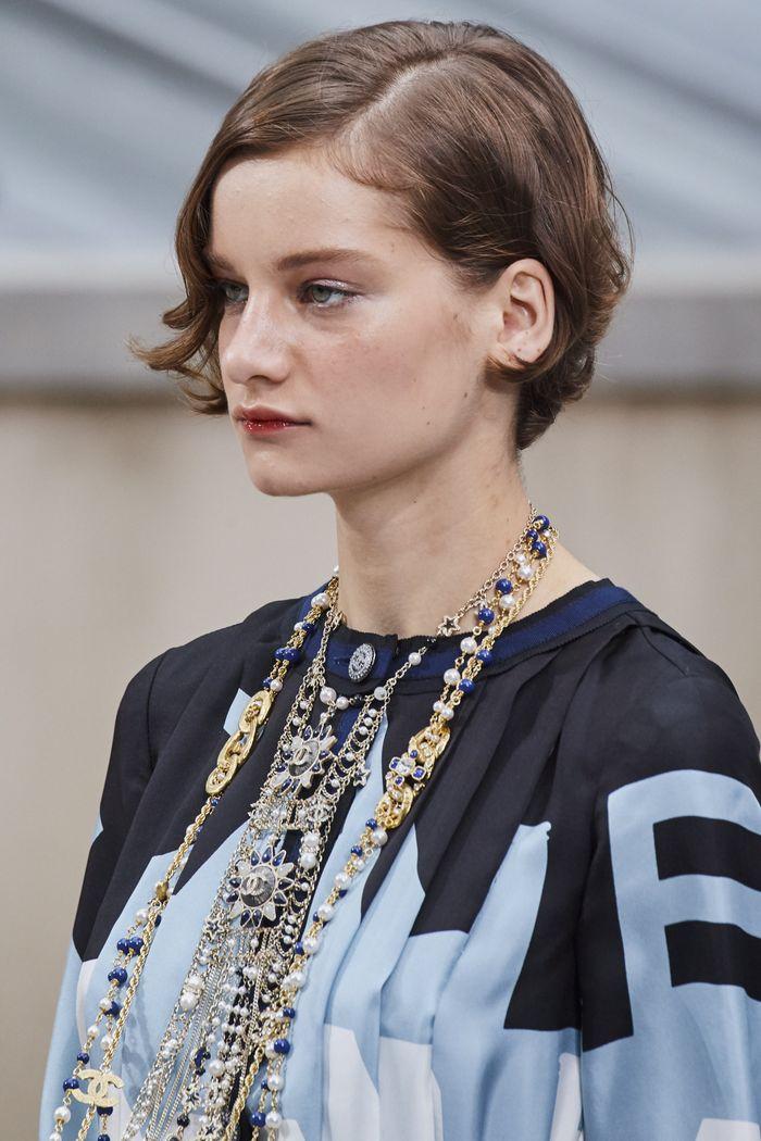 Стрижка у модели на показе Chanel