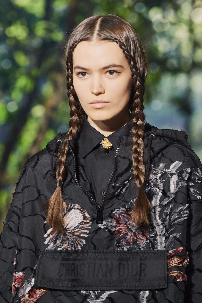 Прически моделей на показе Christian Dior 2020