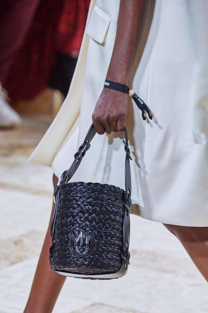 Модная сумка цилиндр 2020 из коллекции Miu Miu