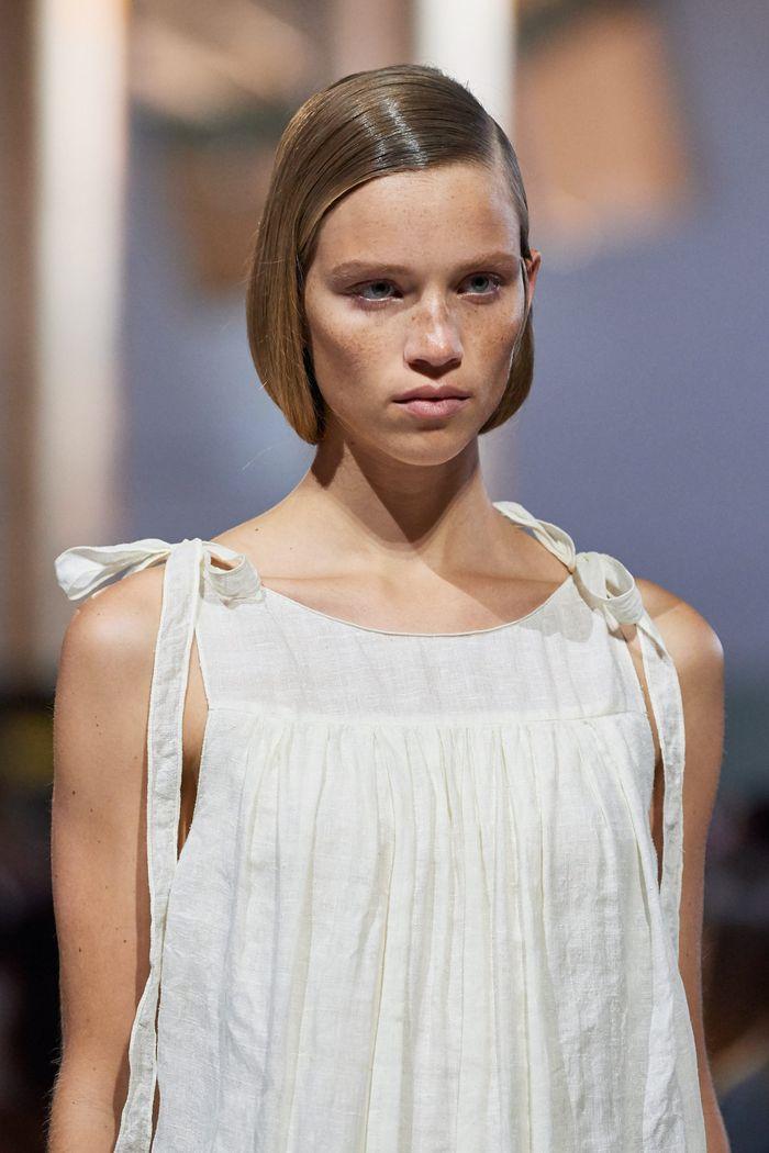 Прически моделей на показе Prada 2020
