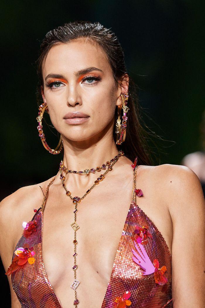 Стрижки моделей на показе Versace 2020