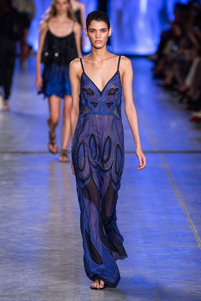 Модное длинное платье 2020 из коллекции Alberta Ferretti