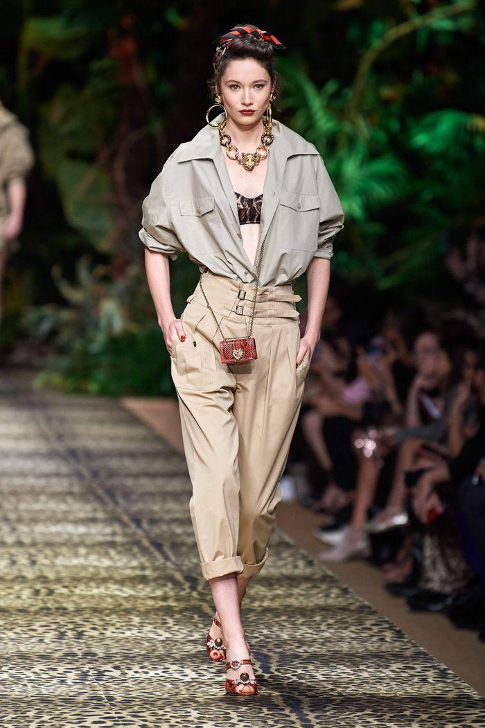 С чем носить брюки-бананы летом. Образ из коллекции Dolce & Gabbana