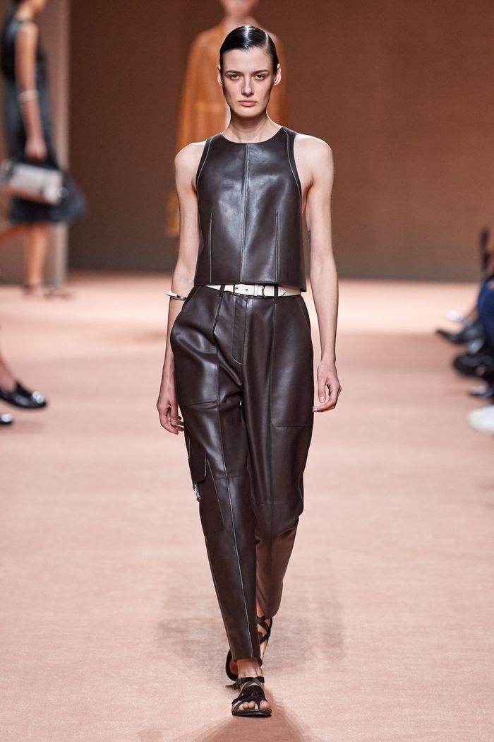 С чем носить кожаные брюки-бананы. Образ из коллекции Hermès
