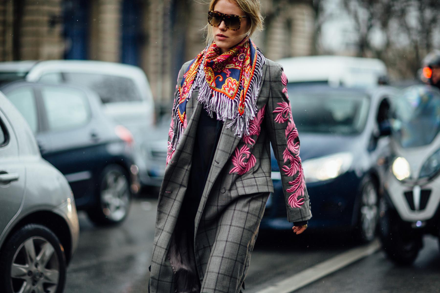 С каким платком носить серое пальто?