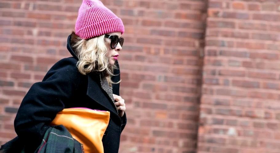 Подбор шапки к женскому пальто: создание гармоничного цельного образа с изделиями различных фасонов и цветов. Основные правила по подбору подходящего головного убора к пальто