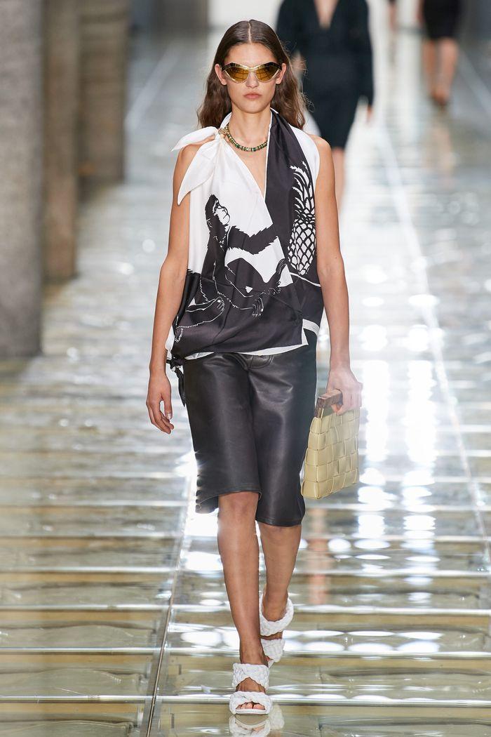 Модные удлиненные кожаные шорты из коллекции весна-лето 2020 Bottega Veneta