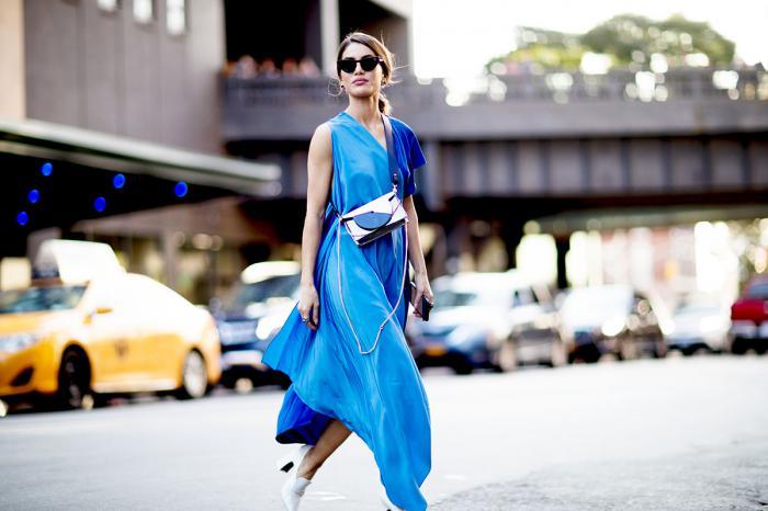 С чем носить синее платье: модные образы 2020