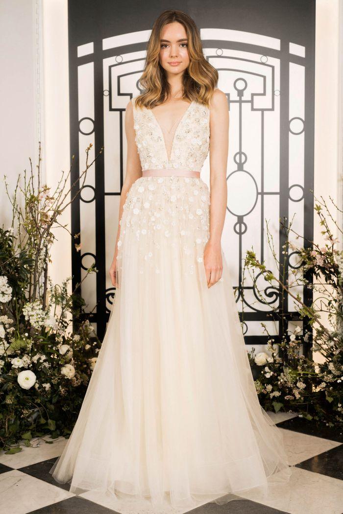 Модное свадебное платье с цветочными аппликациями из коллекции Jenny Packham