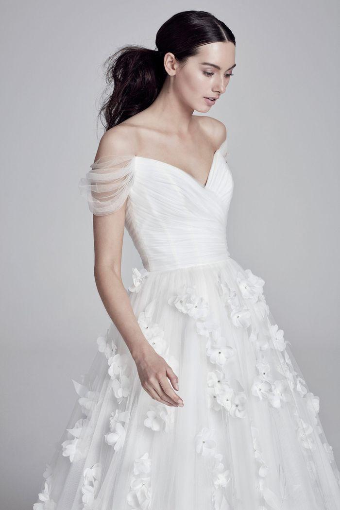 Модное свадебное платье с цветочными аппликациями из коллекции Suzanne Neville