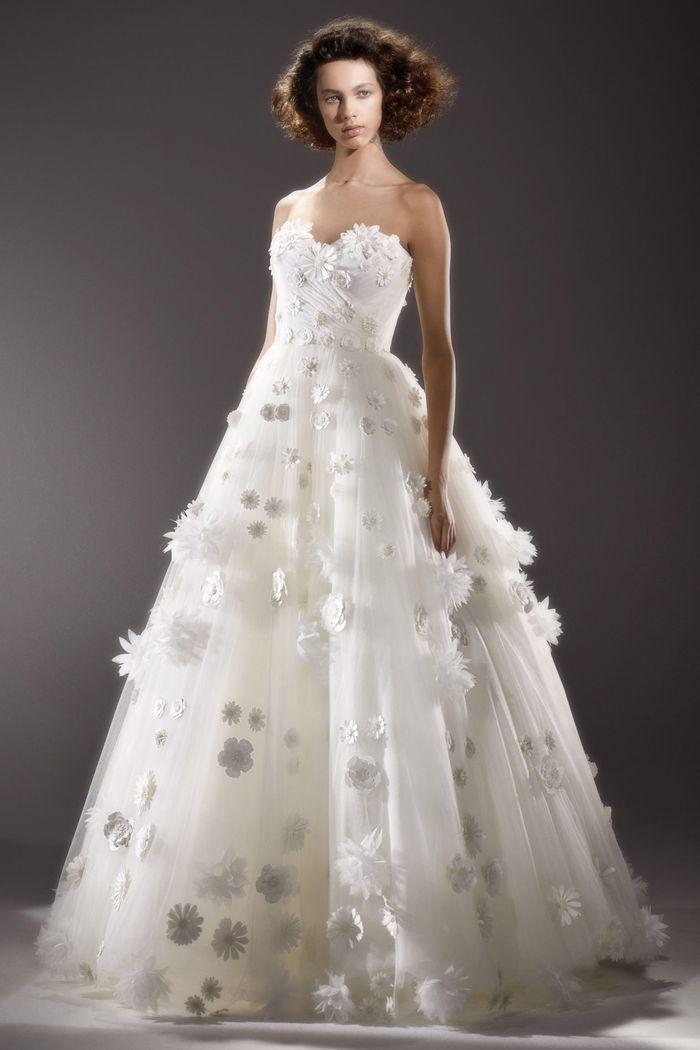 Модное свадебное платье с цветочными аппликациями из коллекции Viktor Rolf
