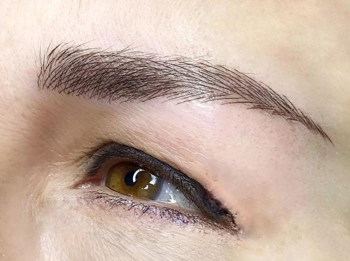Фото волоскового татуажа бровей