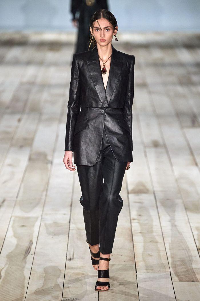 Модный брючный женский костюм из кожи из коллекции весна-лето 2020 Alexander McQueen