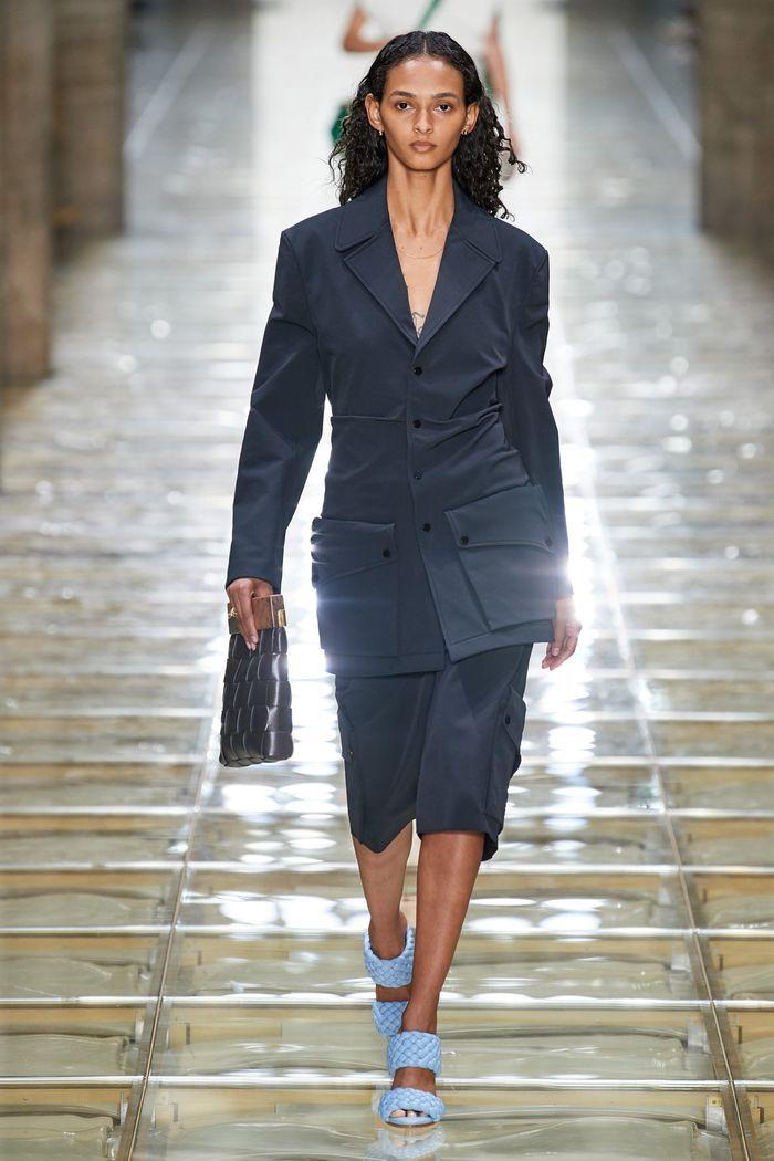 Модный женский костюм с накладными карманами коллекции весна-лето 2020 Bottega Veneta