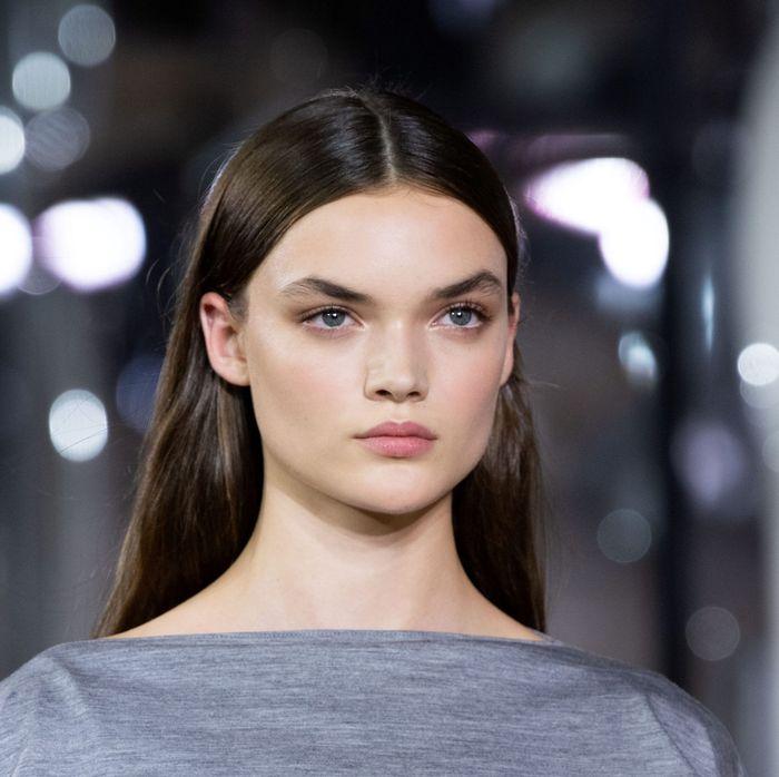 Тренды в макияже весна-лето 2020. Фото с показа коллекции Burberry