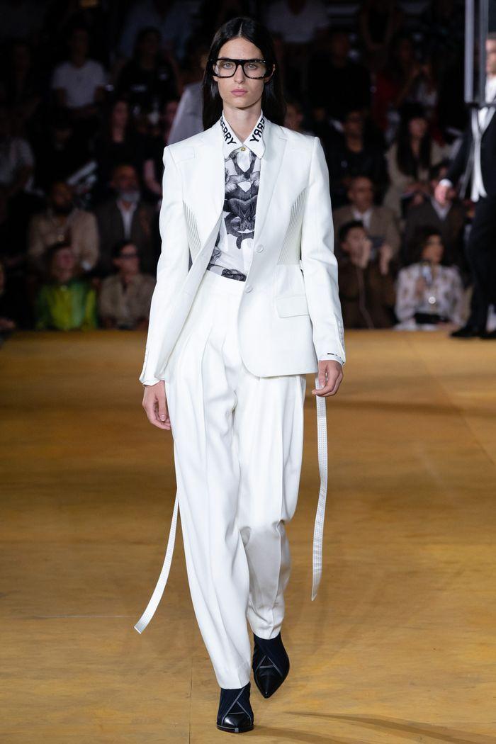 Модный женский костюм со свободными брюками коллекции весна-лето 2020 Burberry