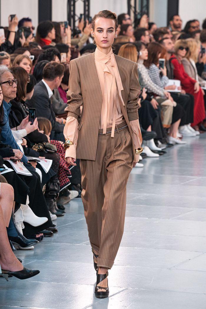 Модный женский костюм со свободными брюками коллекции весна-лето 2020 Chloé