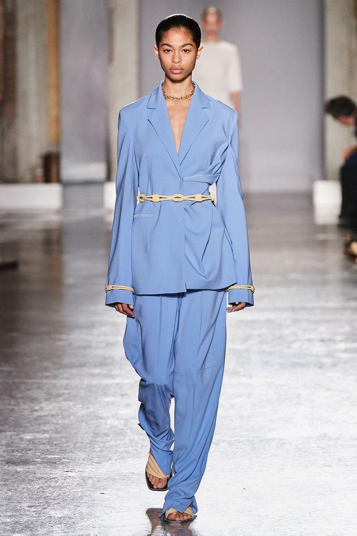 Модный женский брючный костюм с поясом коллекции весна-лето 2020 Gabriele Colangelo