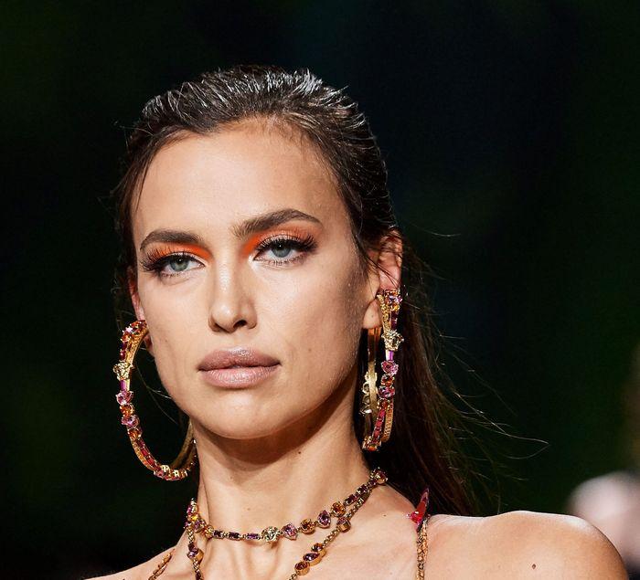 Тренды в макияже весна-лето 2020. Фото с показа коллекции Versace