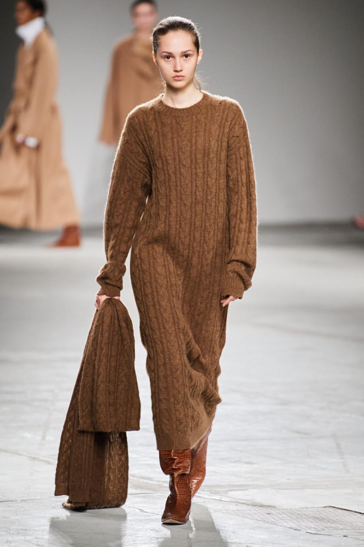 Модное длинное вязаное платье осень-зима 2020-2021 из коллекции Agnona