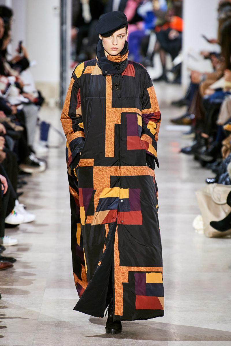Модный длинный пуховик оверсайз осень-зима 2020-2021 из коллекции Akris