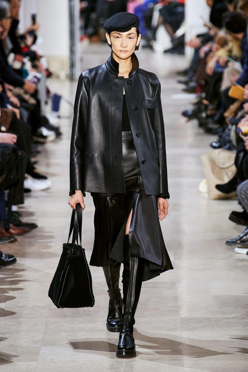 Модные кожаные юбки осень-зима 2020-2021 из коллекции Akris