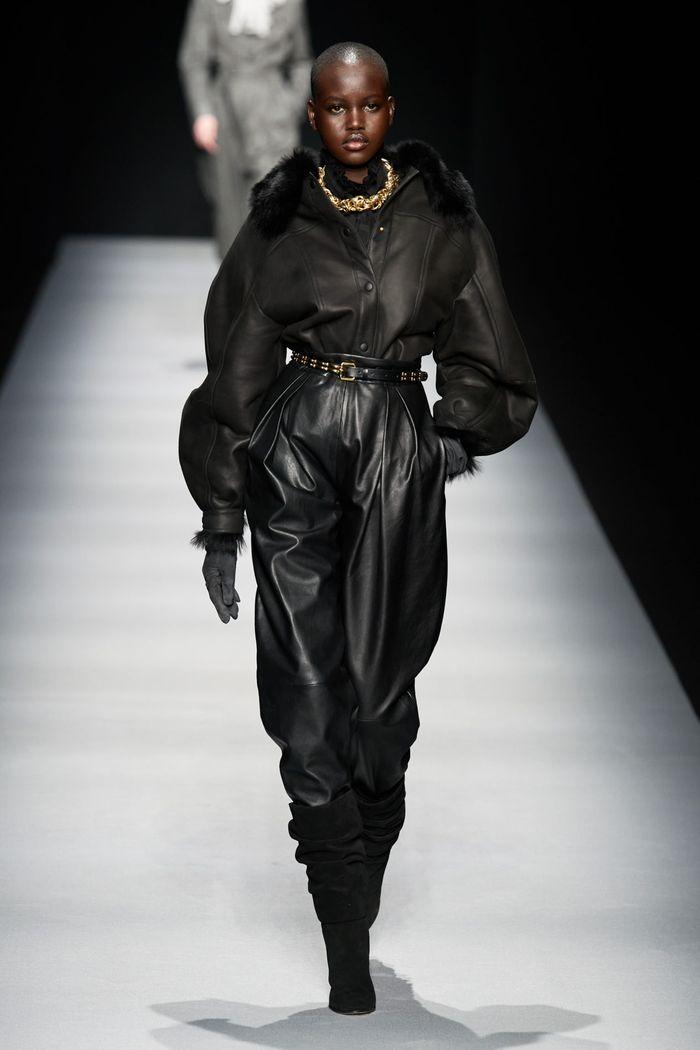 Модная женская одежда осень-зима 2020-2021 из кожи. Коллекция Alberta Ferretti