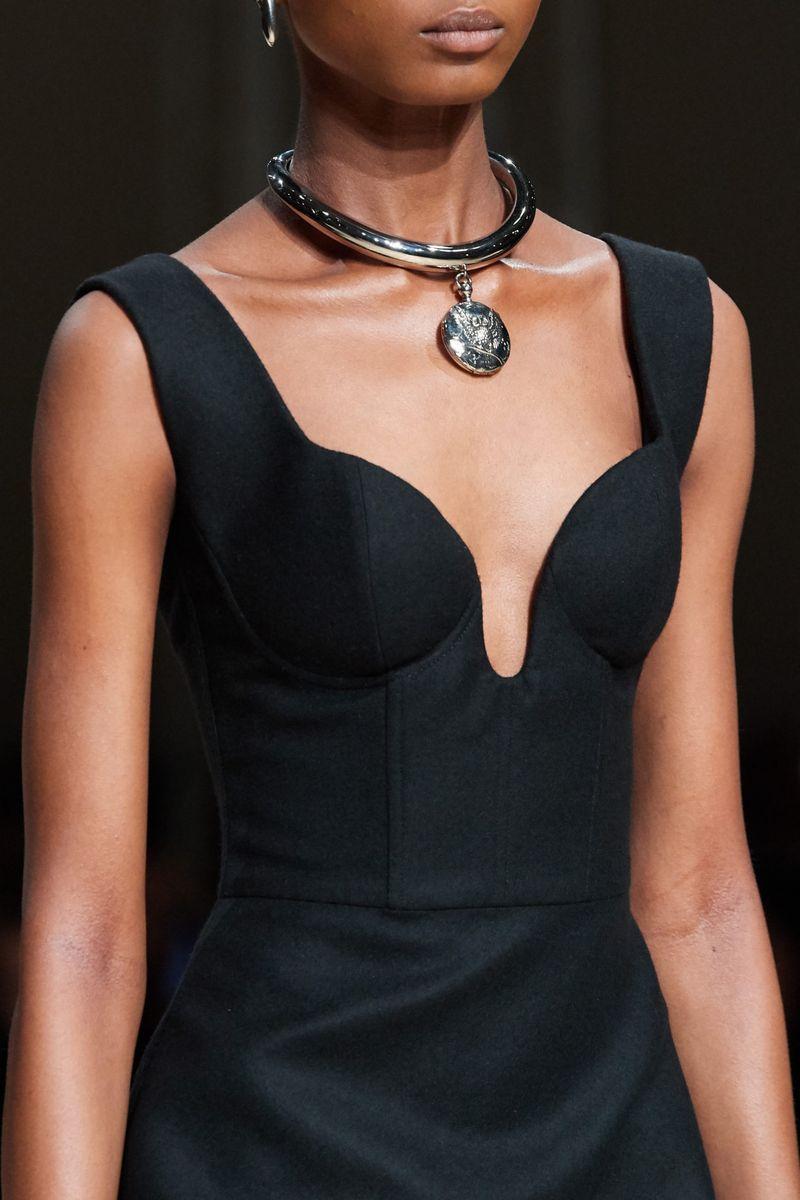 Модный аксессуар осень-зима 2020-2021 из коллекции Alexander McQueen