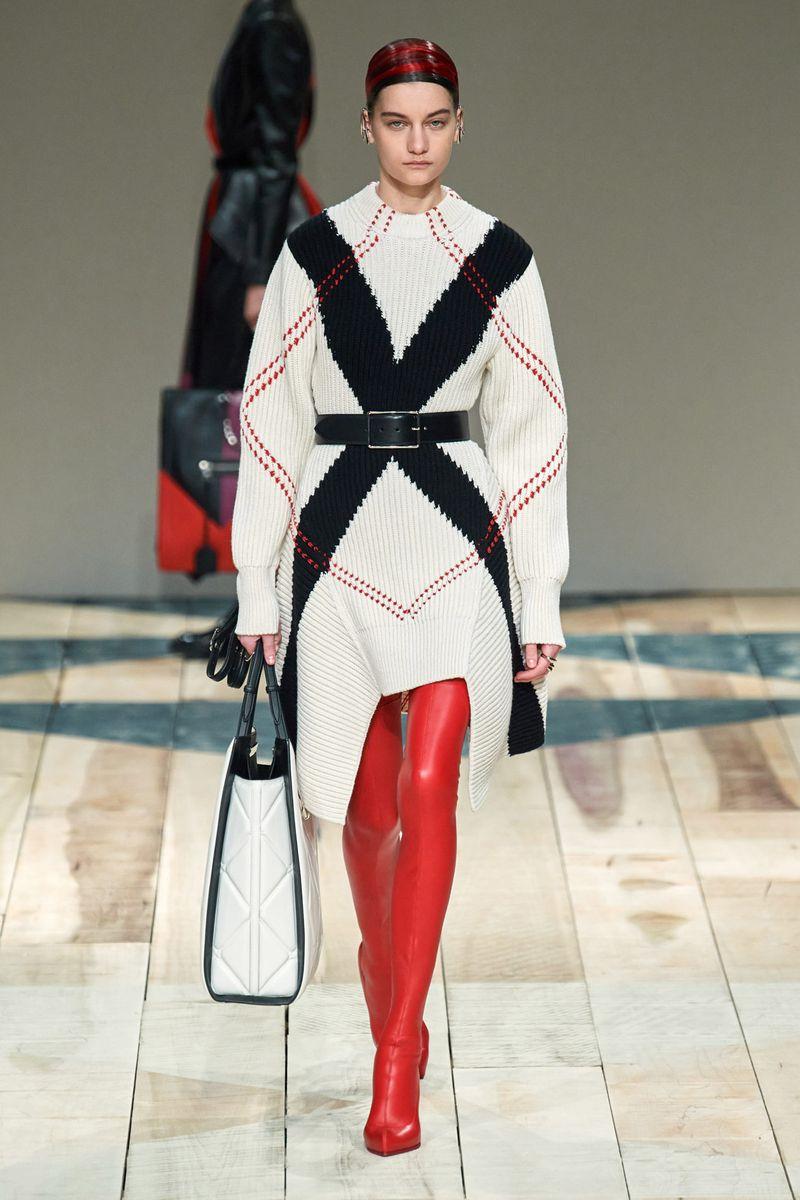 Модное платье-джемпер осень-зима 2020-2021 из коллекции Alexander McQueen