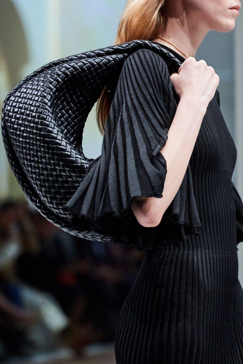 Модные сумки осень-зима 2020-2021 модель хобо из коллекции Bottega Veneta