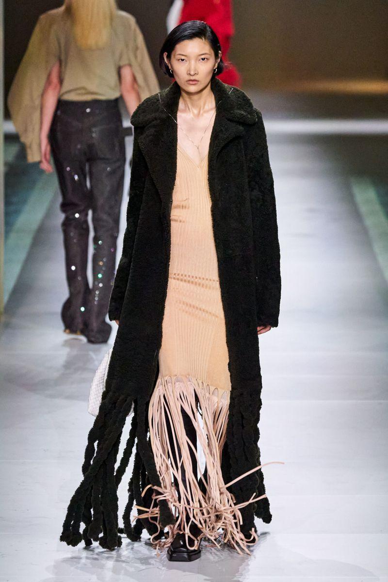 Модная шуба с бахромой из коллекции зима 2021 Bottega Veneta