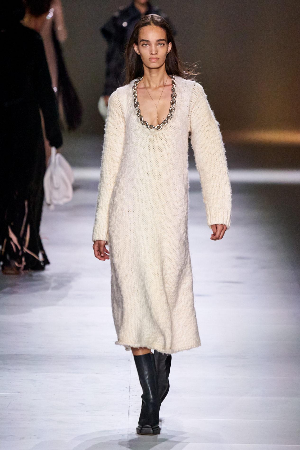 Модное длинное вязаное платье осень-зима 2020-2021 из коллекции Bottega Veneta