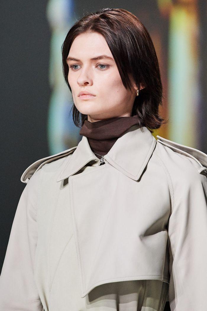 Модные тренды женской одежды осень-зима 2020-2021. Плащ из коллекции Bottega Veneta